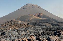forte eruption volcanique du pico do fogo au cap vert