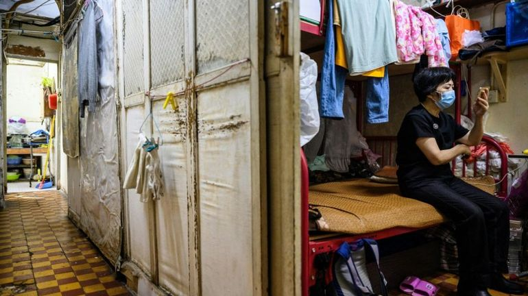 """Coronavirus à Hong Kong: l'impossible distanciation sociale illusoire dans les """"appartements-cercueils"""""""