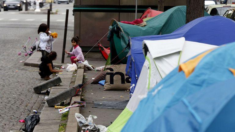 """Des enfants migrants sont """"livrés à leur sort"""" à Paris, dénonce Human Rights Watch"""