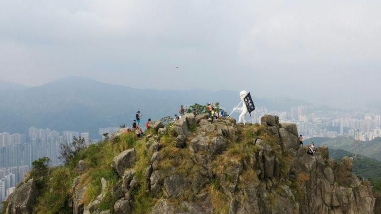 """Hong Kong: des manifestants acheminent la statue emblématique """"Lady Lyberty"""" au sommet d'une montagne"""