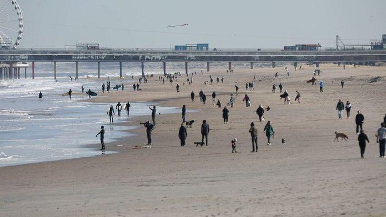 Pas d'interdiction de déplacement: malgré le bilan en hausse du coronavirus, les plages des Pays-Bas très fréquentées