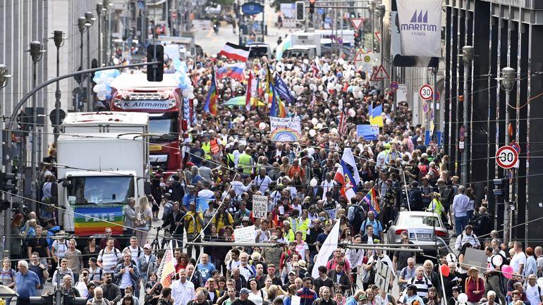 Allemagne et coronavirus: des milliers d'opposants au port du masque et aux mesures de restriction défilent au coeur de Berlin