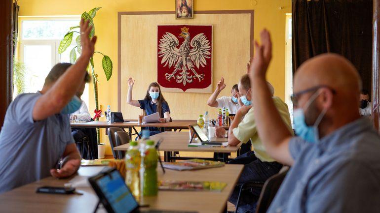 Présidentielle en Pologne : le conservateur sortant Duda et son opposant au coude à coude (sortie des urnes)