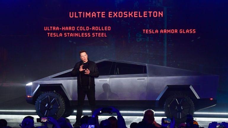 """Elon Musk présente le """"cybertruck"""", futur pick-up électrique de Tesla"""