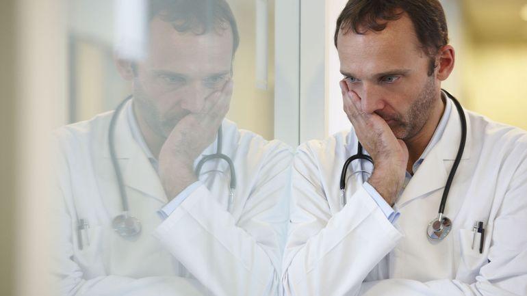 """Coronavirus en Belgique: plus de 400 médecins tirent la sonnette d'alarme, """"les mesures sont de moins en moins respectées"""""""