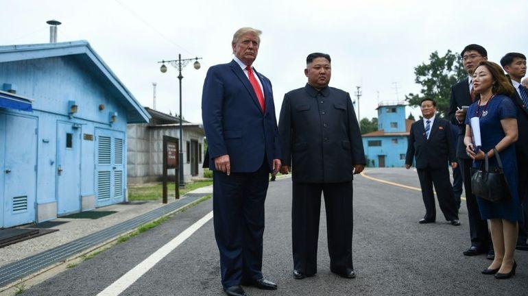 Trump entre à pied en Corée du Nord et échange une poignée de main historique avec Kim Jong-un