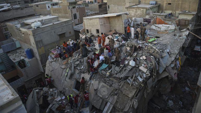 Pakistan: au moins onze morts dans l'effondrement d'un immeuble