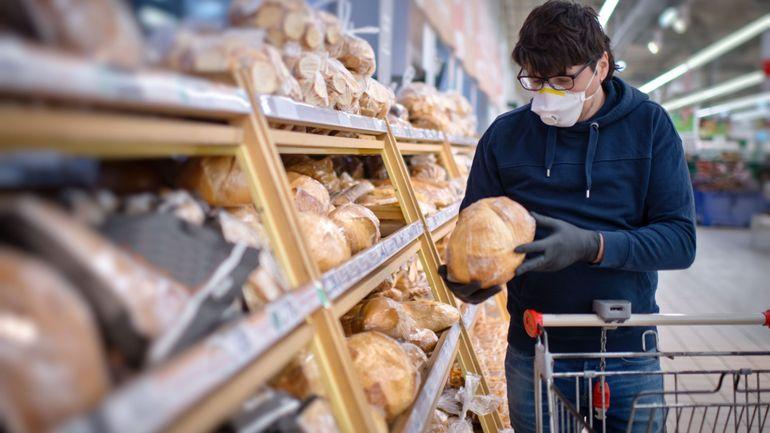 """Coronavirus en France: des médecins réclament également """"le masque obligatoire"""" dans les lieux publics clos"""