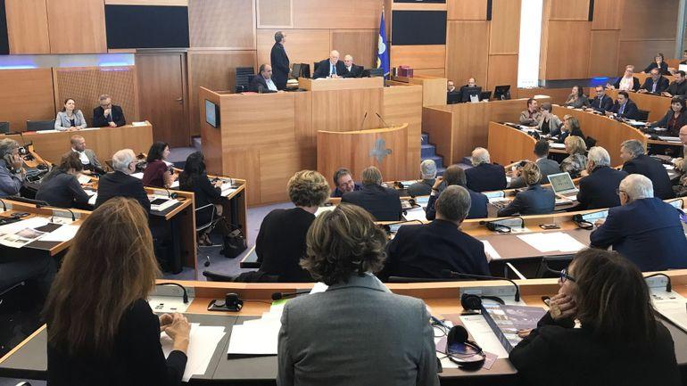 """Par 52 """"oui"""" et 34 """"non"""", le Parlement bruxellois vote la confiance au gouvernement Vervoort"""