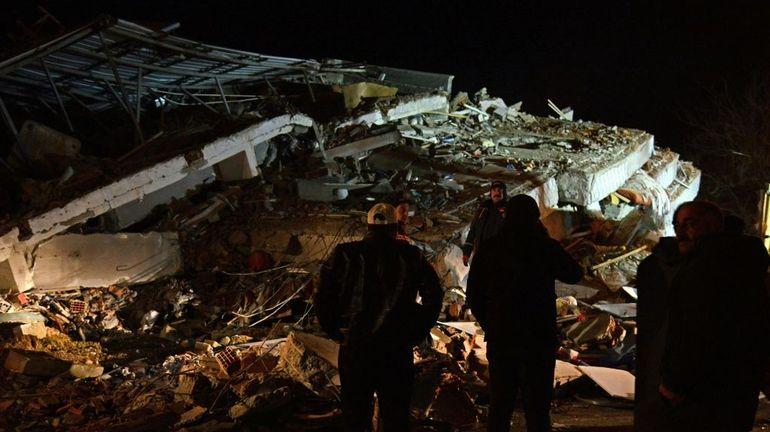 Puissant séisme en Turquie: au moins 20 morts, les secouristes cherchent des survivants
