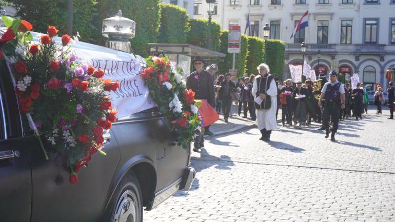 Le «Gang des Vieux en colère» enterre symboliquement la sécurité sociale devant le Parlement européen