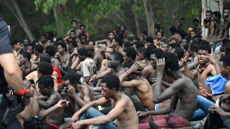 Un groupe de 155 migrants traverse la frontière entre le Maroc et l'Espagne à Ceuta