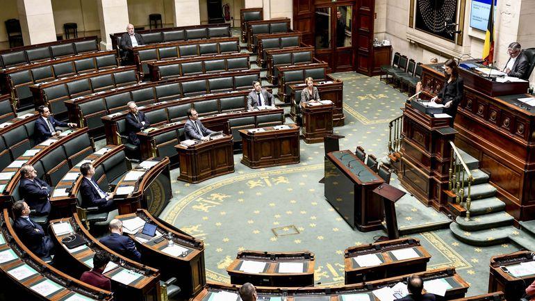 Gouvernement Wilmès: émotion et soutien de neuf partis du Parlement, sans chèque en blanc