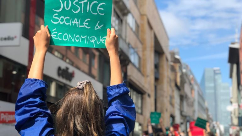Des membres du collectif Extinction Rébellion font une pause dans les rues de Bruxelles