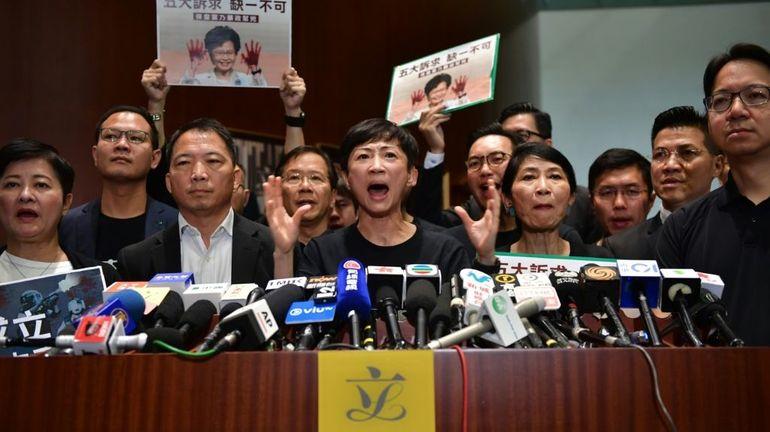 Hong Kong: chaos au Parlement, la cheffe de l'exécutif Carrie Lam renonce à un discours