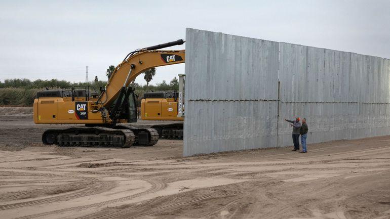 """Le vent fait tomber plusieurs parties du """"mur"""" de Donald Trump à la frontière avec le Mexique"""