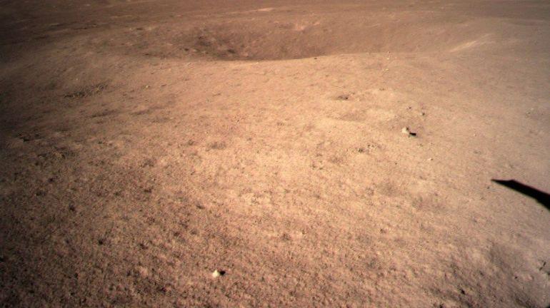 Premières images de l'alunissage chinois sur la face cachée de la Lune