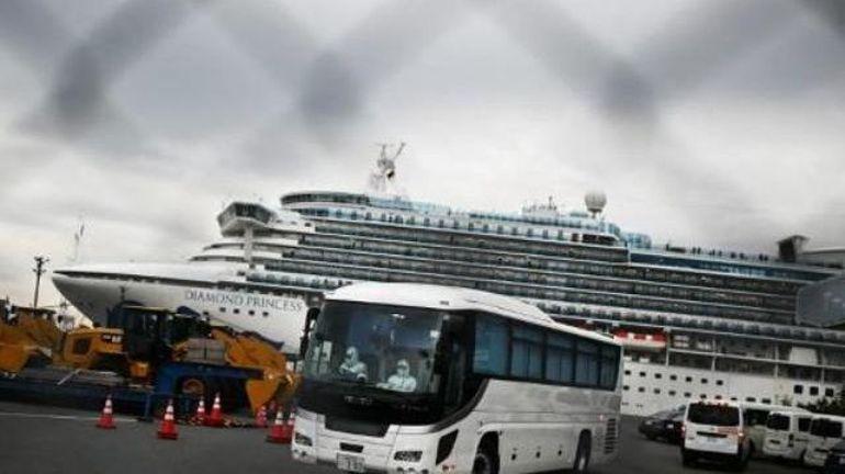 Coronavirus: des passagers âgés sont évacués du bateau en quarantaine au Japon