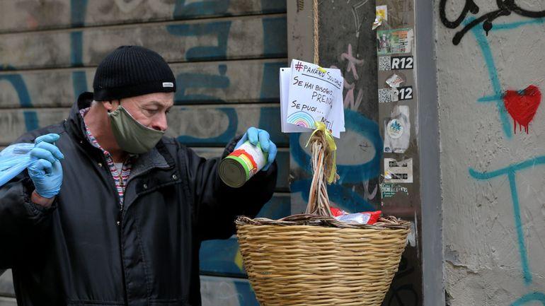 """Coronavirus en Italie: """"Si tu peux, mets; si tu ne peux pas, prends"""", à Naples, la solidarité circule au balcon"""