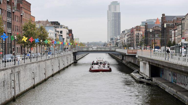 Bruxelles : sur le canal, des activistes en radeau dénoncent la limitation du droit de manifester