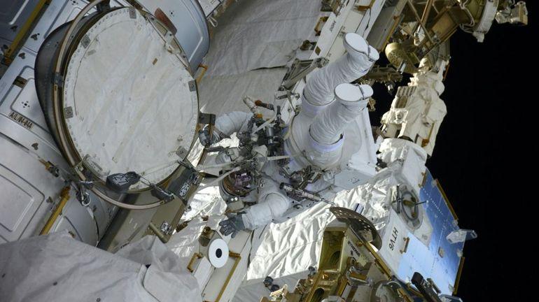 ISS: six heures de sortie dans l'espace pour deux astronautes dont Thomas Pesquet