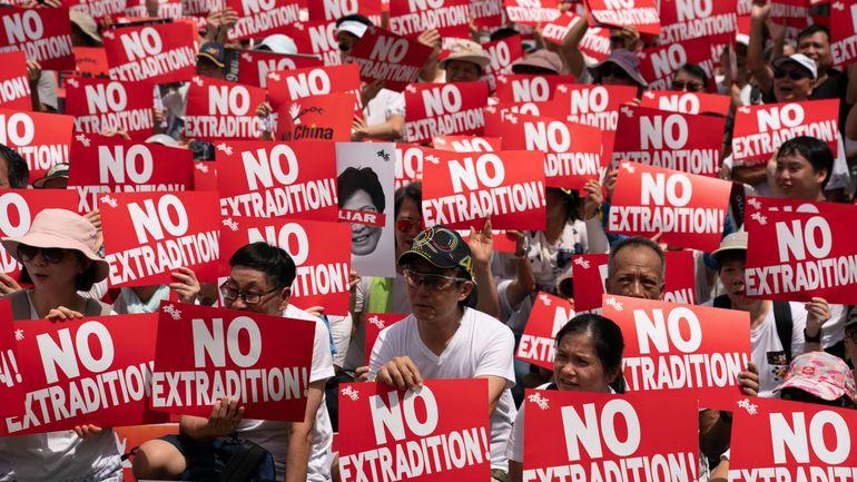 """L'UE dénonce le recours à la loi sur la sécurité pour """"étouffer"""" la liberté d'expression à Hong Kong"""