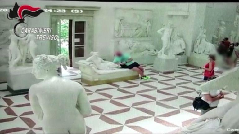 Un touriste casse-pieds filmé abîmant une statue dans un musée en Italie
