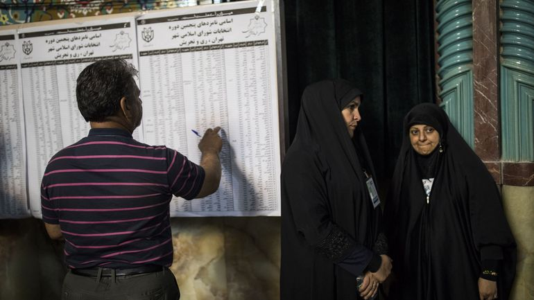 """Election présidentielle en Iran: le candidat conservateur Raissi dénonce des """"infractions"""""""