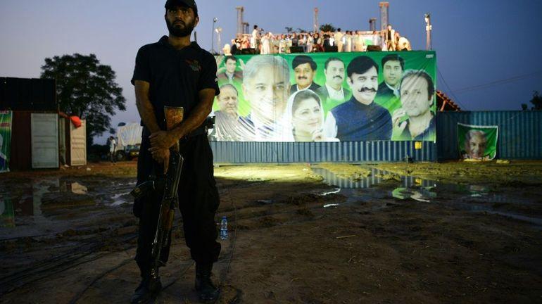 Pakistan: le candidat visé par un attendat suicide est mort