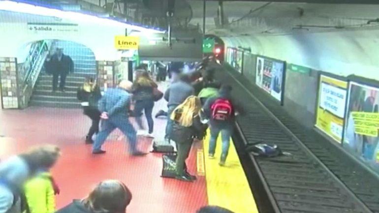 Un homme s'évanouit et heurte une femme qui tombe sur les rails alors que le train arrive en gare
