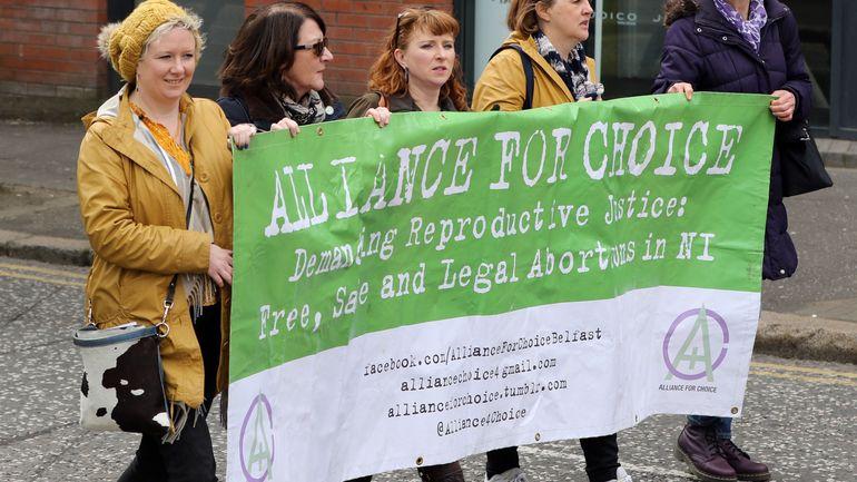 Manifestation à Bruxelles pour l'ouverture du droit à l'avortement en Irlande