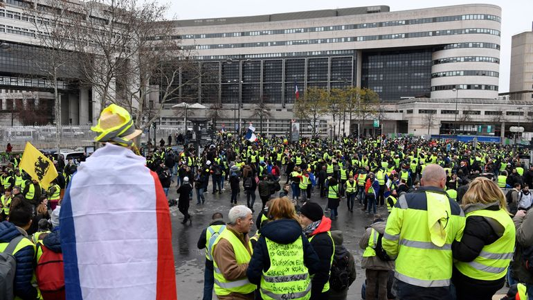 Gilets jaunes en France: mobilisation nationale à Bourges et Paris